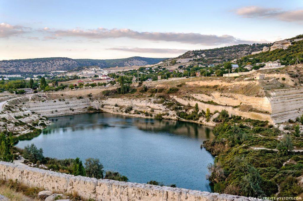 на фото озеро священномученика Климента в Инкермане - святые источники Крыма