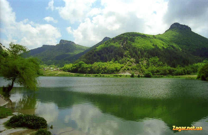 фотография: Мангуп-Кале со стороны одноименного озера. Экскурсия по Мангуп-Кале