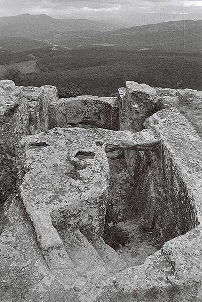 Старинное фото пещерного храма, высеченного над пропастью.