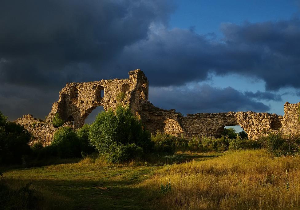 Фото: цитадель Гаврасов в пасмурную погоду. Древняя жизнь на Мангуп-Кале
