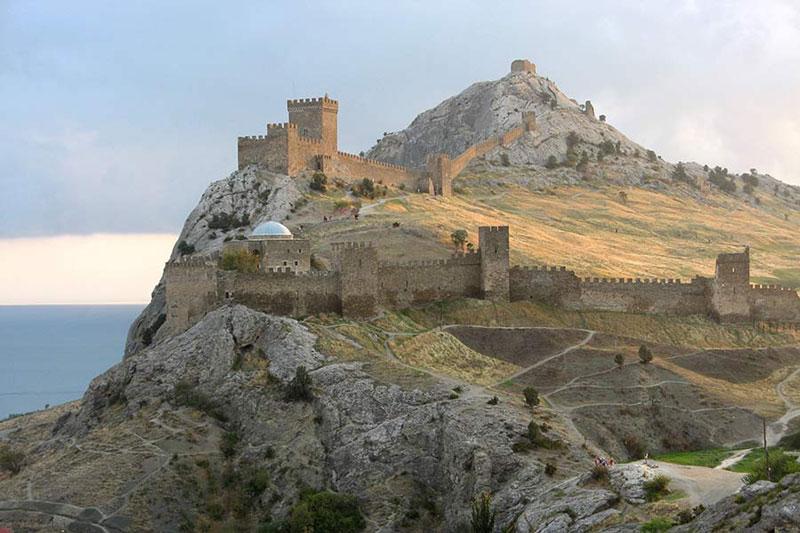 Фото Генуэзской крепости в Судаке. Сурожская епархия