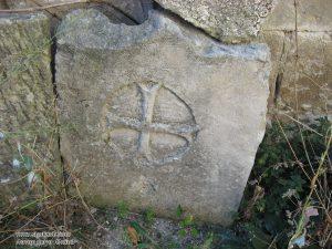 Фото высеченного четырехгранного креста на камне