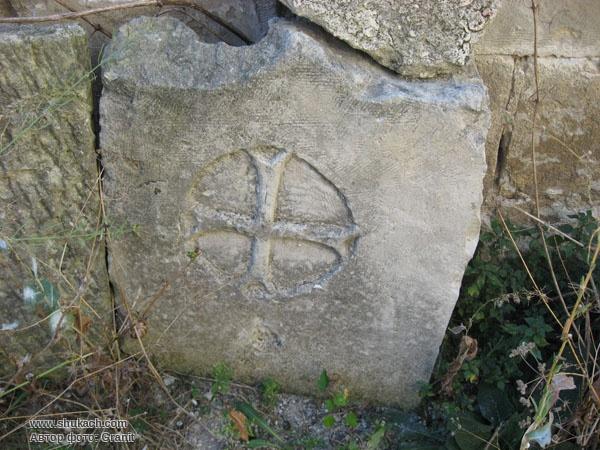 Фото высеченного четырехгранного креста на камне, святые места старой части города Бахчисарая