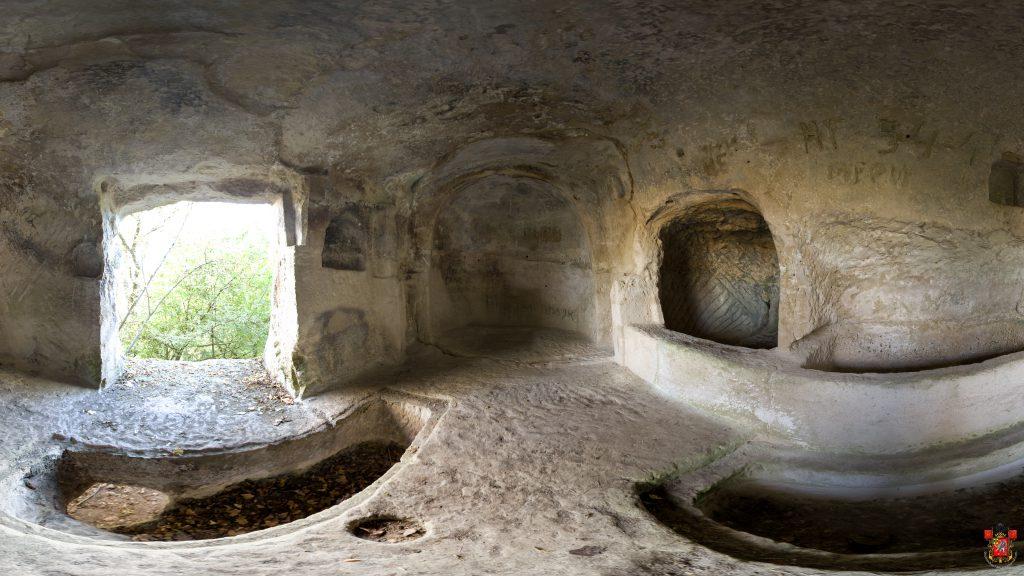 Фото: знаменитая пещерная церковь городища