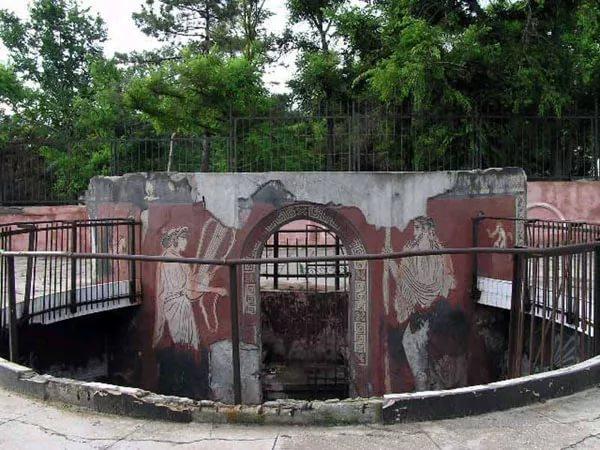 Фото: остатки древнего полиса на набережной современной Евпатории