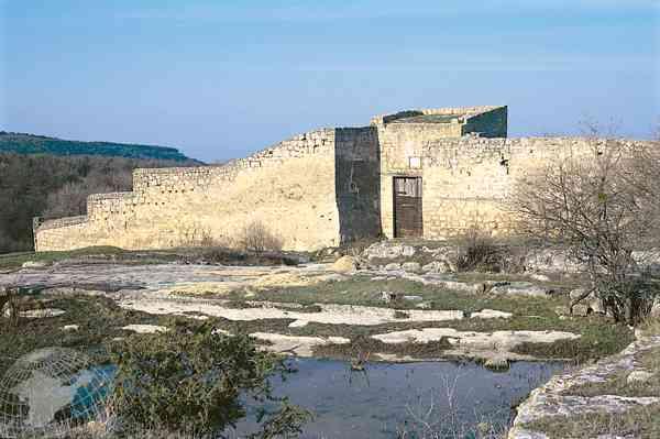 Изображение: Восточная стена Чуфут-Кале зимой