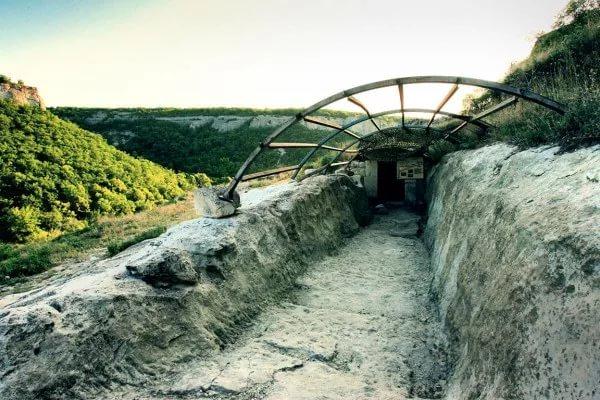 Фото: главный вход колодца, тайна шахты Чуфут-Кале
