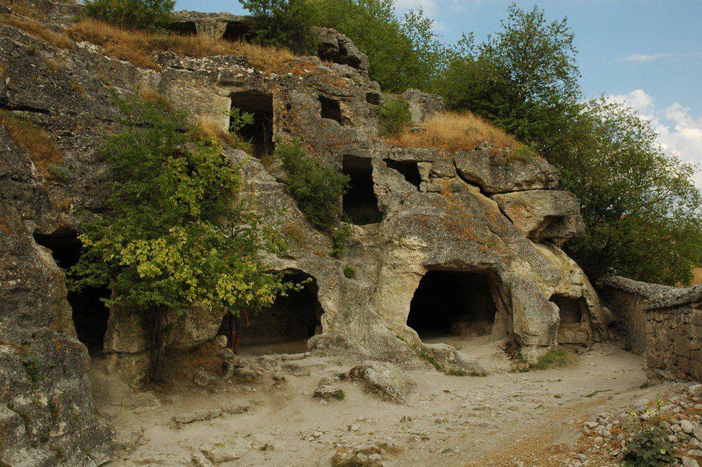 Фото: монастырь Чуфут-Кале, его руины
