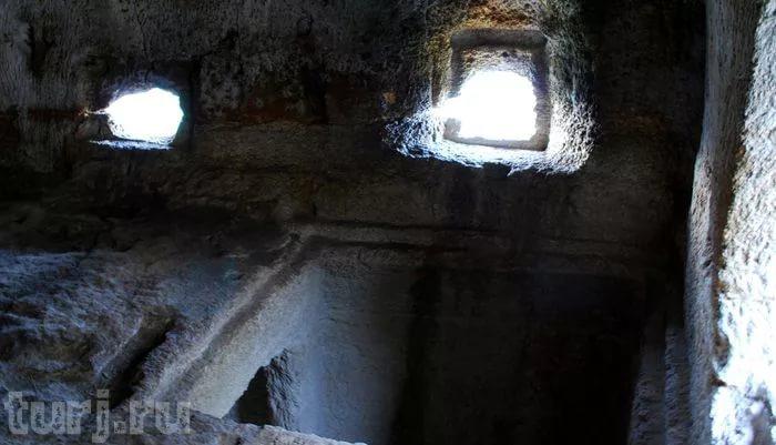 Фото: тюрьма Чуфут-Кале