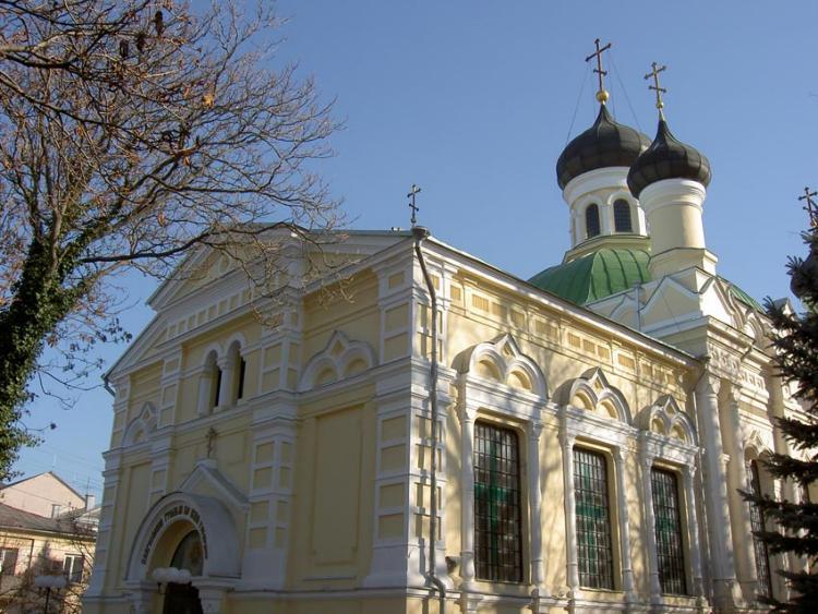 На фотографии показан храм Трех святителей