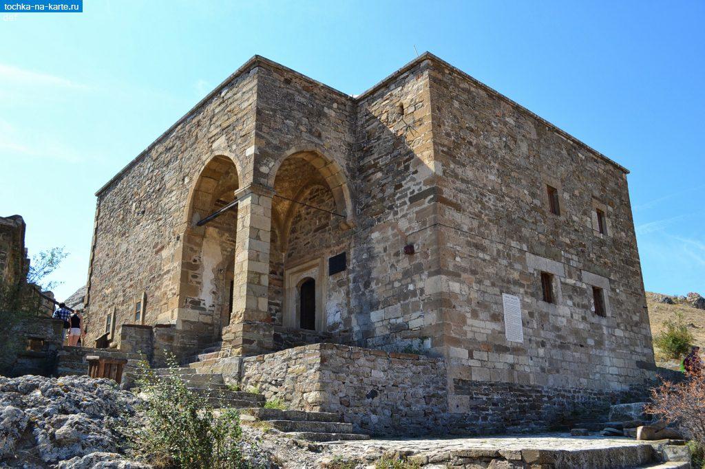 На фото средневековый христианский храм