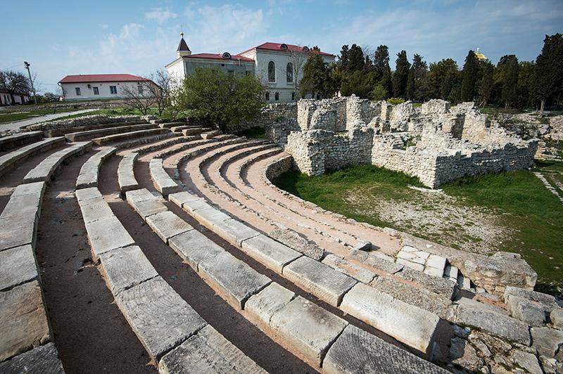 Фото: руины античного амфитеатра