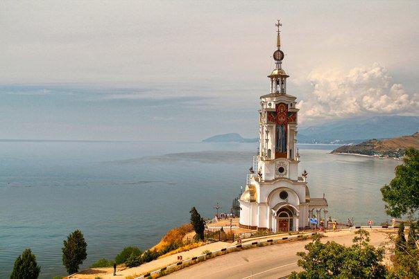 На фотографии храм-маяк