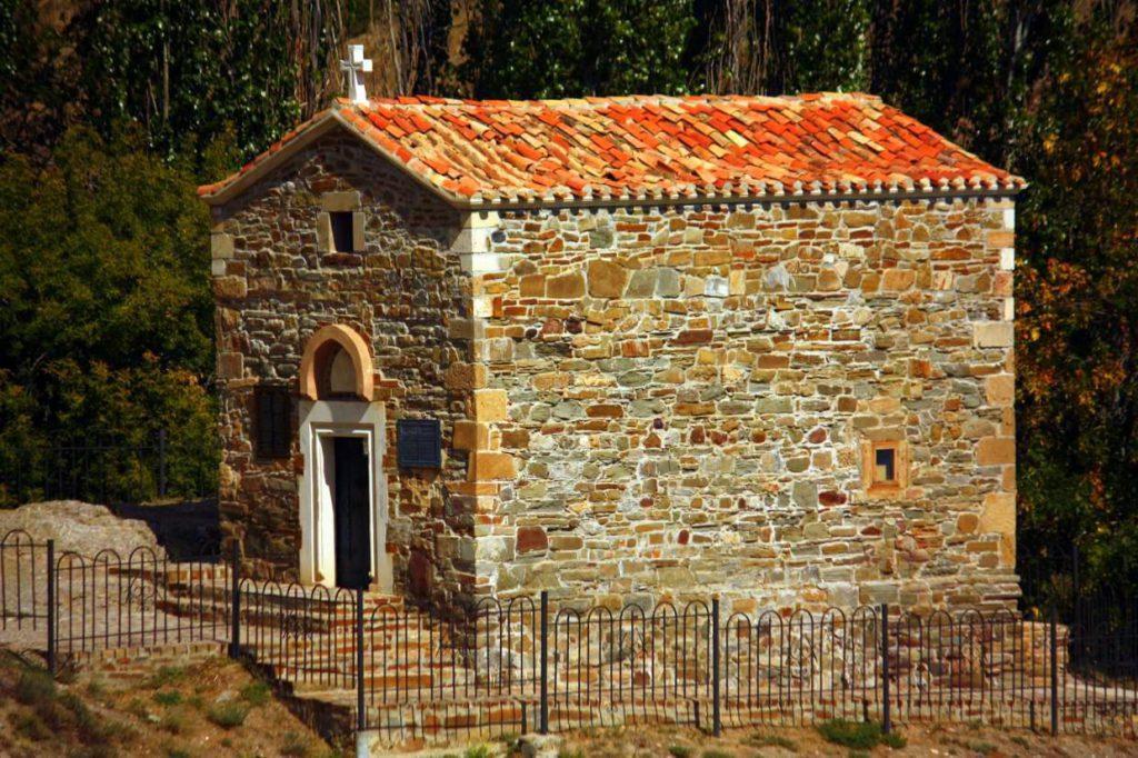 На фотографии изображен средневековый храм 12 апостолов