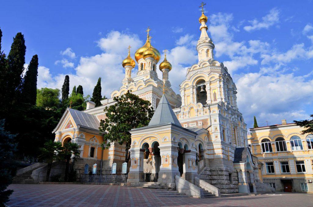 На фото изображен собор в честь святого благоверного князя Александра Невского