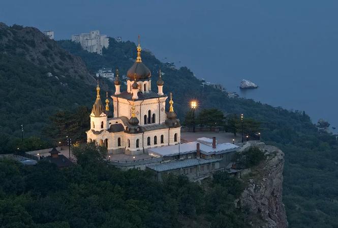 На фото показана ночная съемка церкви Воскресения Христова