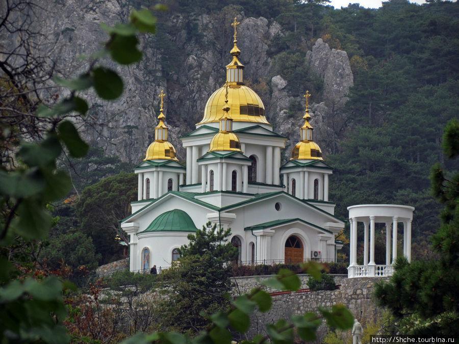 На фото показан храм Архангела Михаила в Ореанде