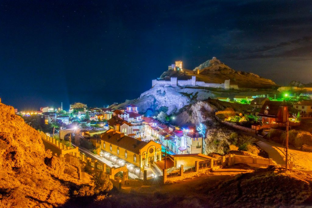 На фото изображен ночной Судак