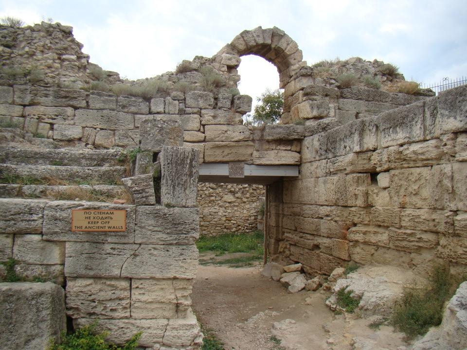Изображены руины казарм римских легионов в Портовом районе города