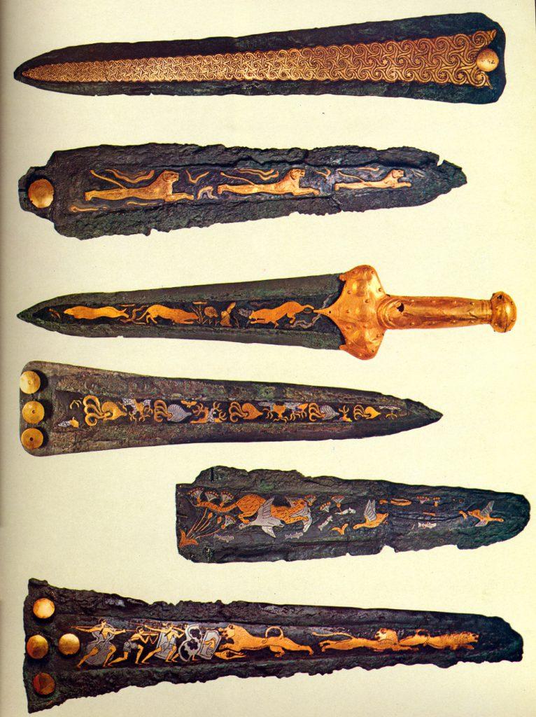 Изображены клинки, ножи и ножны