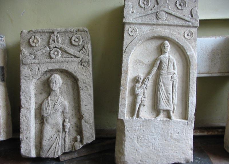 На фото показаны стелы древнего Пантикапея