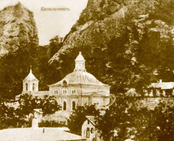 Показана старинная фотография монастыря