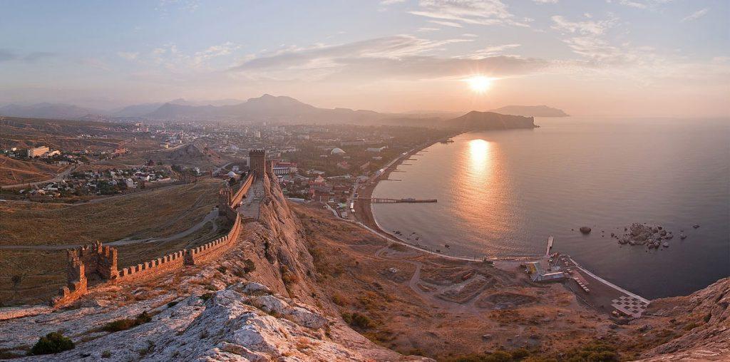 На картинке великолепная панорама Судака