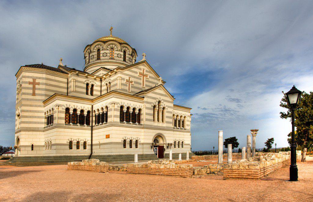 На фотографии кафедральный Владимирский собор