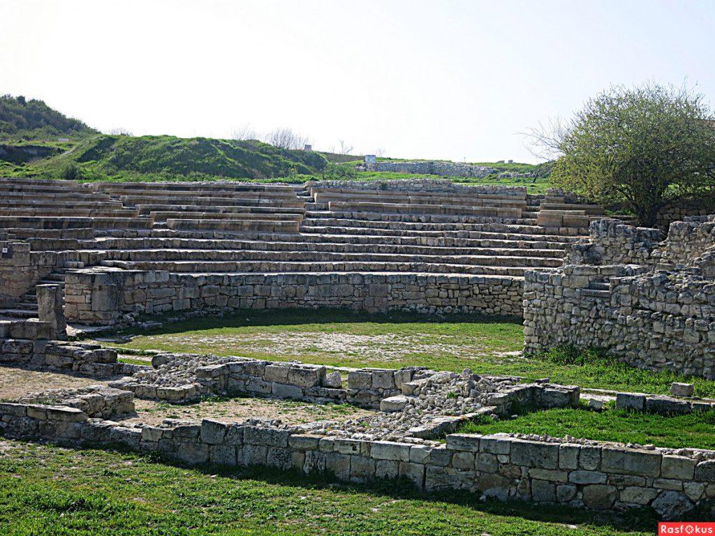 На фото руины античного театра