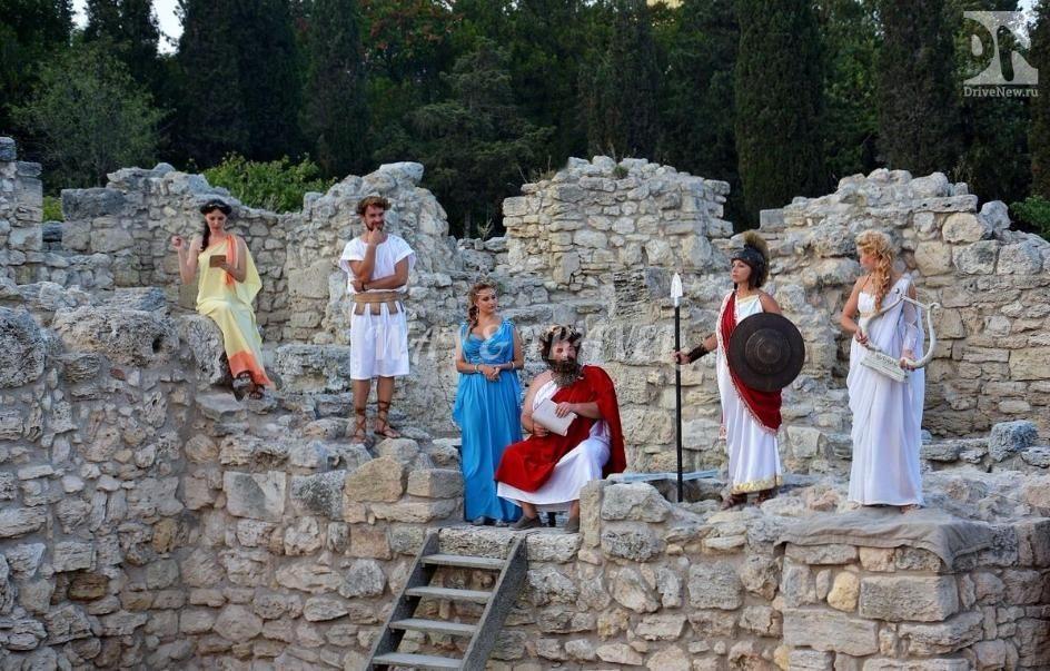 На фотографии показана современная инсценировка античного представления