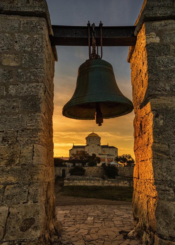 На фото туманный колокол и Владимирский собор