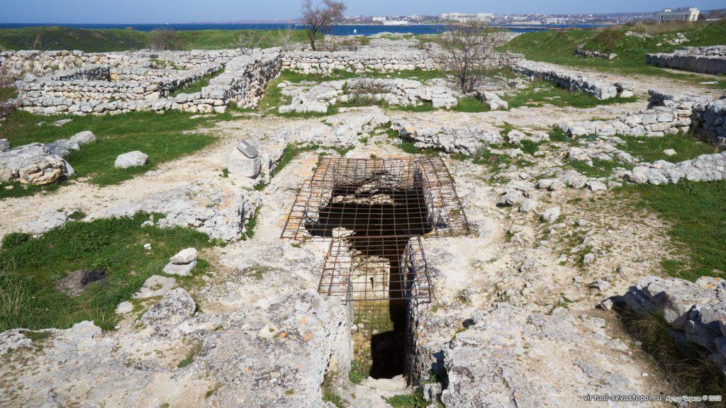 На фото изображен Пещерный храм Херсонеса