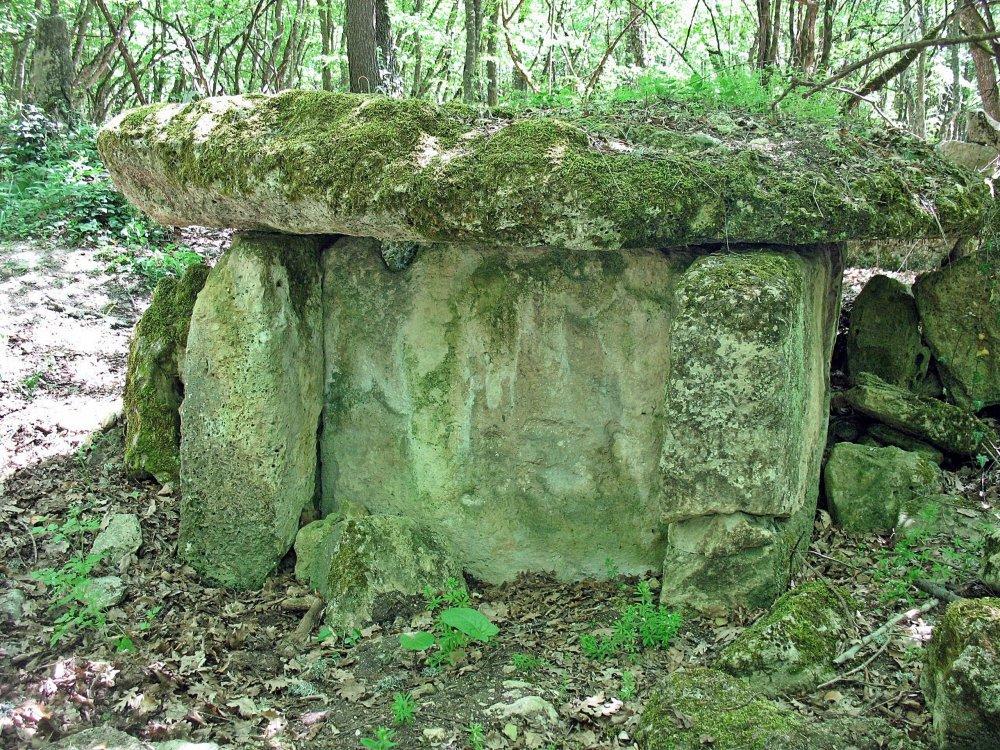 На фото таврский могильник
