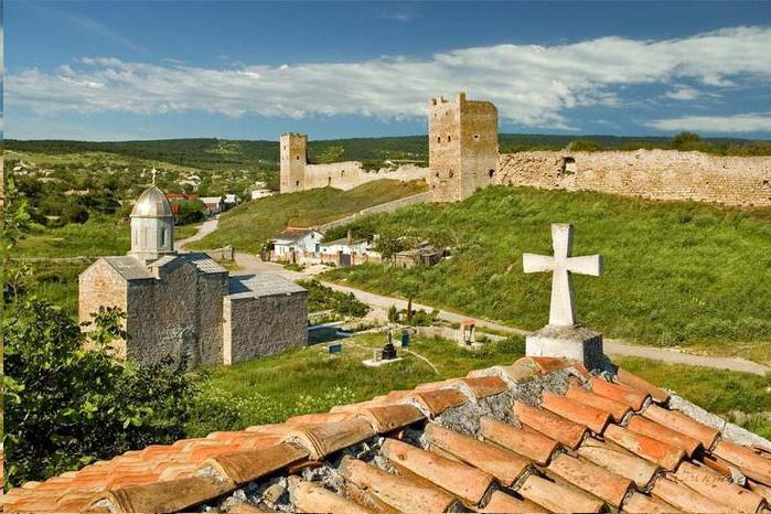 Вид на генуэзскую крепость с кровли средневекового храма