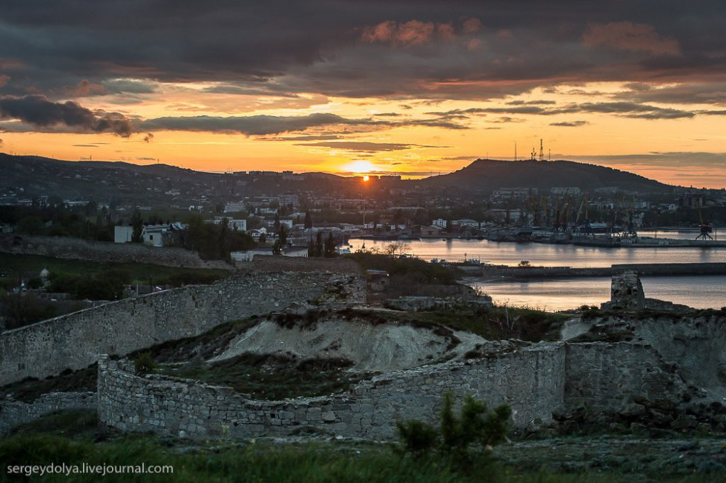 На фото: Феодосия, руины, закат