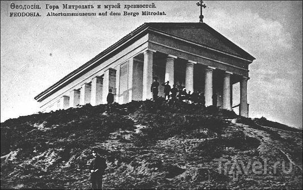 На старинной фотографии изображена Феодосия. Гора Митридат и музей древностей