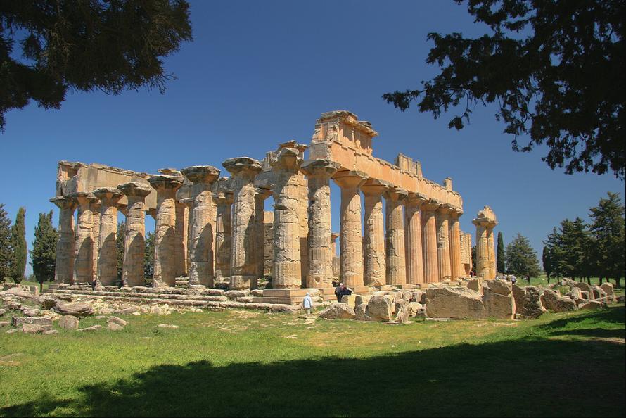 На фото изображен античный храм