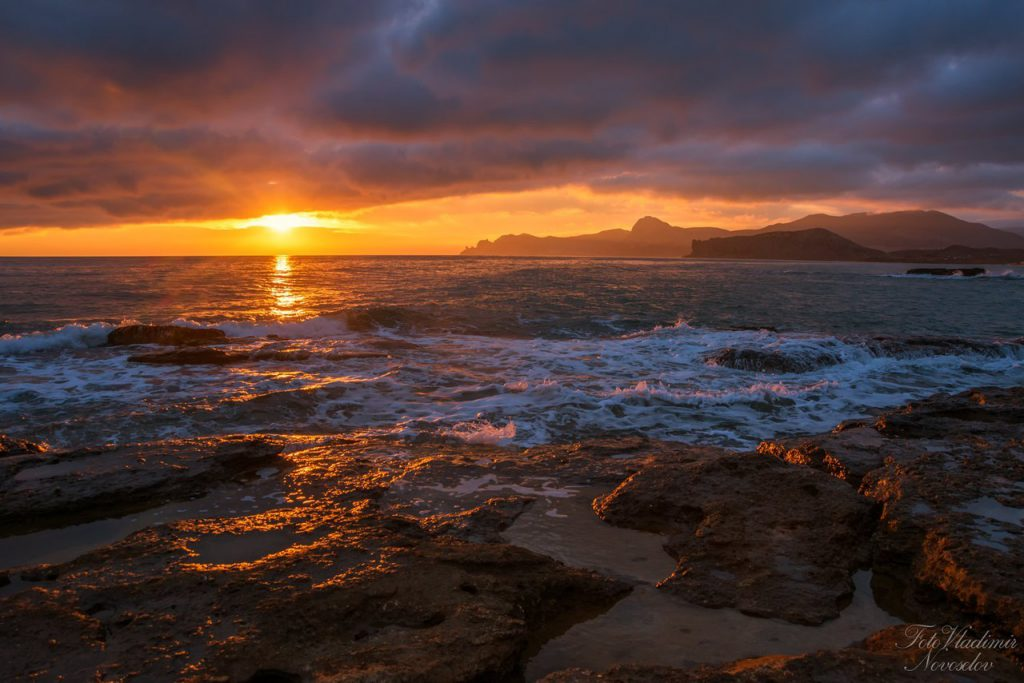 На фото: закат в Феодосии