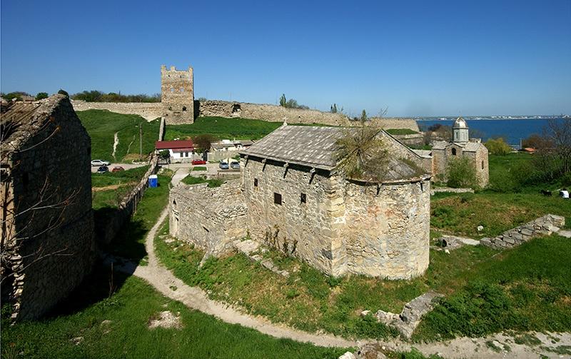 Древние храмы на фоне генуэзской крепости - фотография