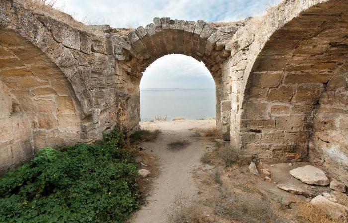 На фотографии древняя арка