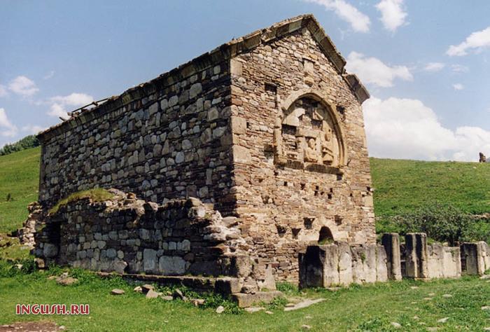 На фото очень древний христианский храм