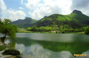 фотография: Мангуп-Кале со стороны одноименного озера