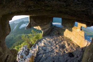 Фото средневековой пещерной базилики. История городища Мангуп-Кале.